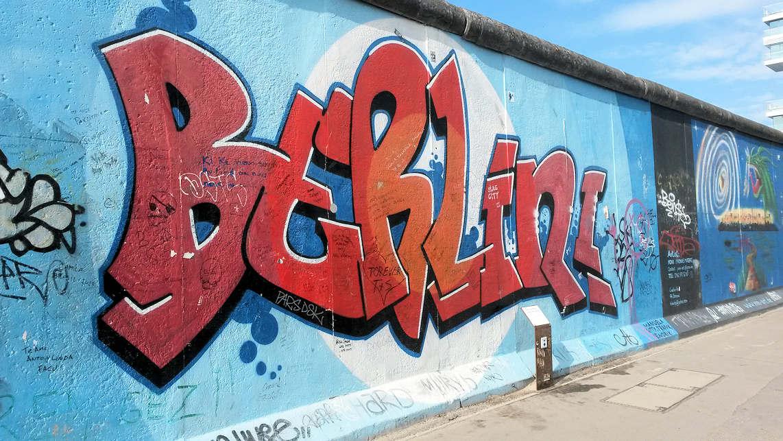 Präsentation mit Aquarellen direkt an der Berliner Mauer
