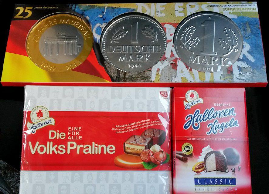 Die alte D-Mark, die ostdeutsche Mark und eine 25-Jahre Jubiläums Münze als Schokoladentaler.