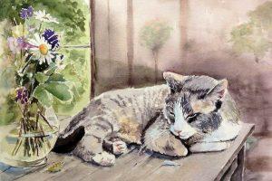 Aquarell von liegender Katze auf Holztisch mit Blumen