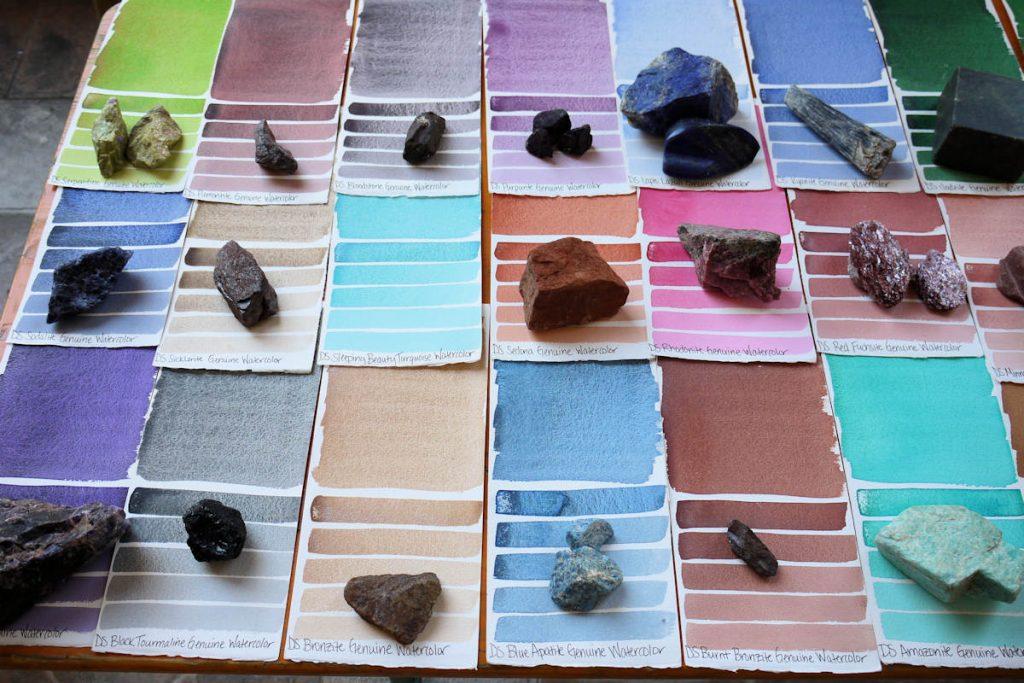 Die mineralischen Aquarellfarben von Daniel Smith mit Farbkarten und den Steinen, aus denen sie hergestellt werden.