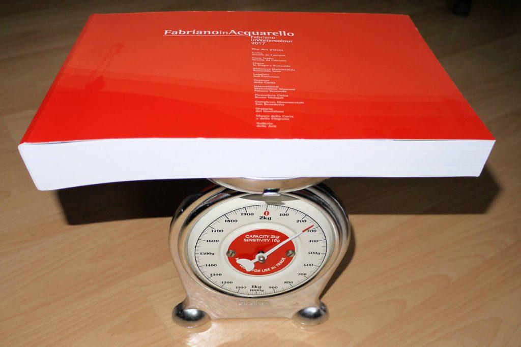 Katalog von FabrianoInAquarello auf einer Küchenwaage
