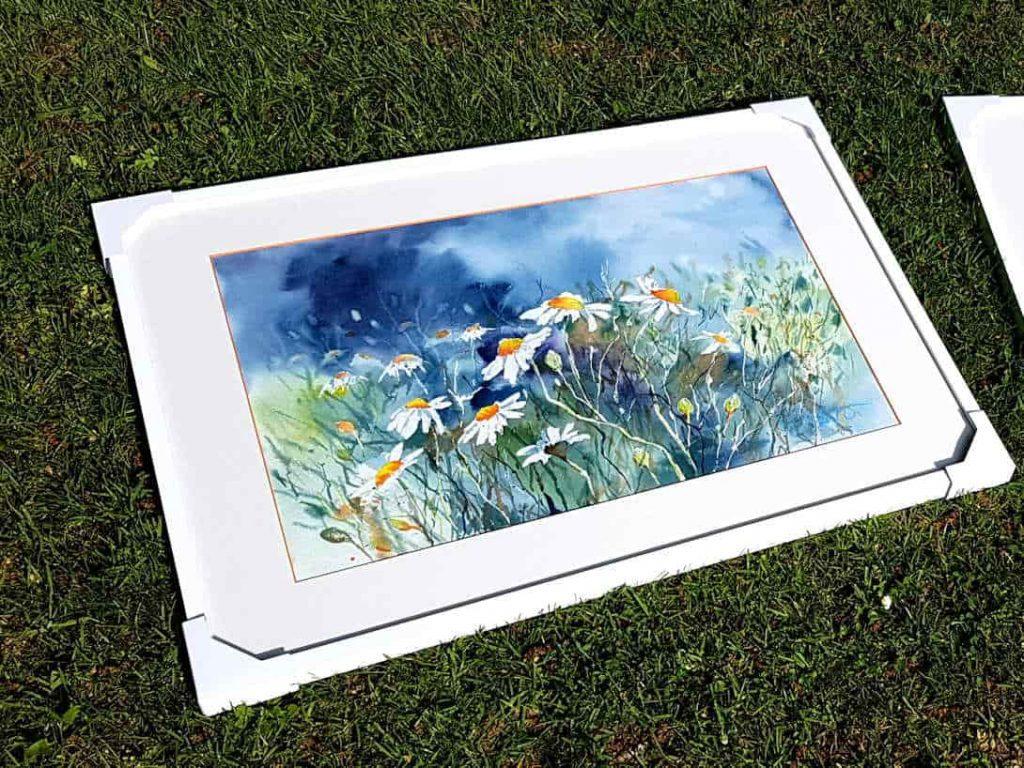 Gerahmtes Aquarell mit Margeriten im Gras liegend