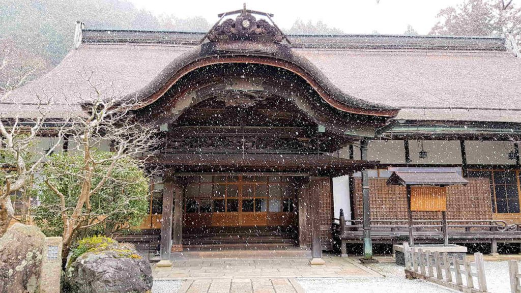 Das Kloster Daienin in Koyasan mitten im Schneetreiben.