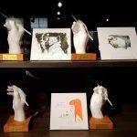 Die Hände der Manga Künstler als Skulpturen im Manga Museum